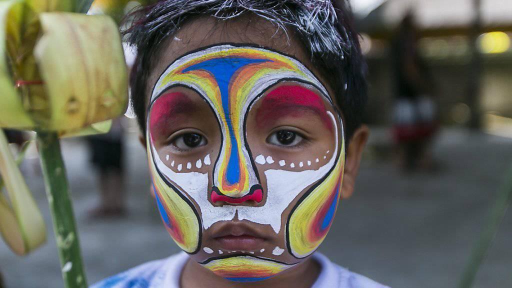 Kämpft wie viele seiner Dorfbewohner mit Körperbemalungen gegen Geister: Ein Knabe im balinesischen Ort Gianyar.