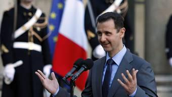 Bild aus besseren Zeiten: Syriens Präsident Baschar al-Assad auf Besuch in Paris im Jahr 2010 - nun wirft er Frankreich eine hohe Auszeichnung vor die Füsse. (Archivbild)