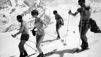 Nackte Haut auf Schnee: Unendliche Freiheit im Engadin 1967.