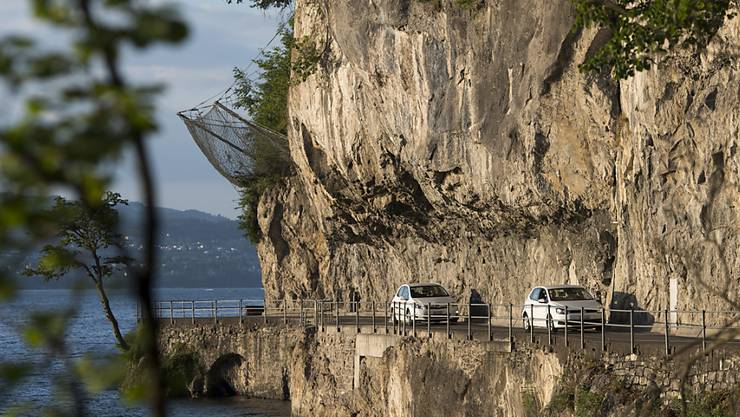 Während die Kehrsitenstrasse am Vierwaldstättersee saniert und gesperrt wird, setzt der Kanton eine Autofähre ein.