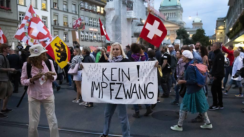 Demonstranten protestieren am Donnerstagabend in Bern gegen die behördlichen Anti-Corona-Massnahmen.