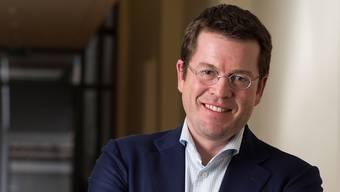Karl-Theodor zu Guttenberg – einst vom Magazin «Men's Health» zu Deutschlands bestgekleidetem Politiker gekürt – vor der Künstlergarderobe des Aarauer Kultur- und Kongresshauses.