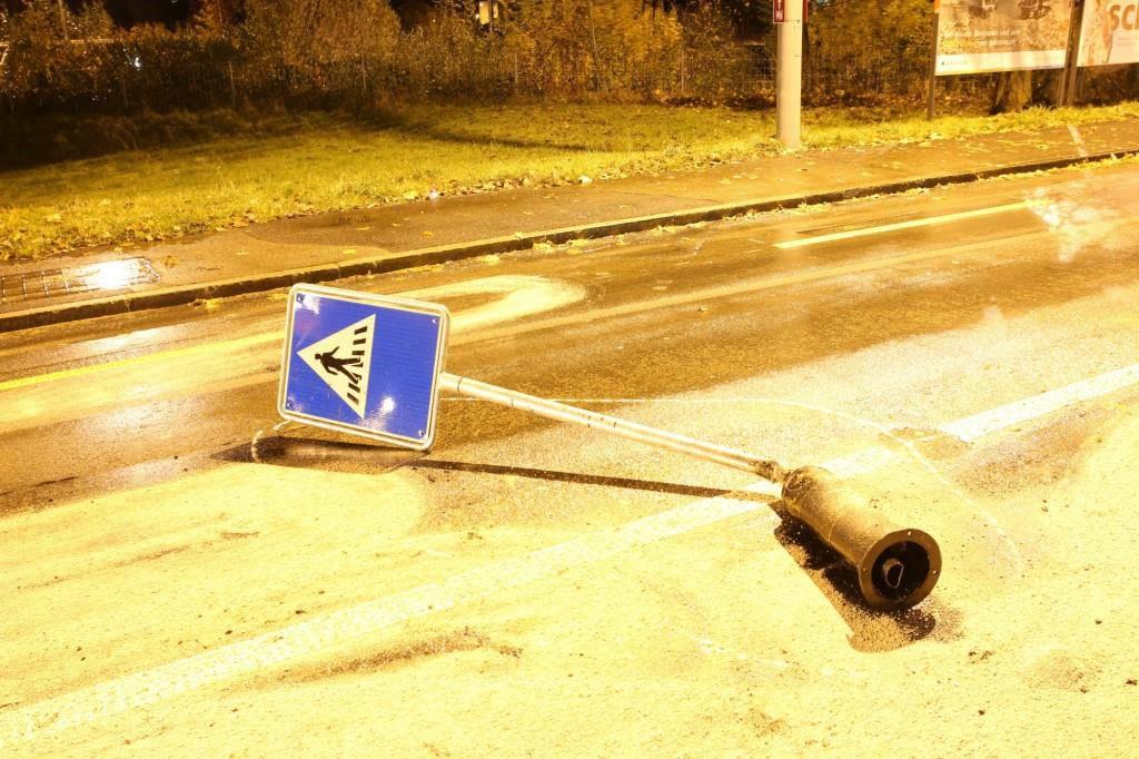 Lieferwagen rammt Schild (© StaPo SG)