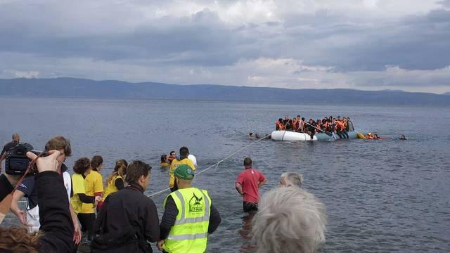 Ein Flüchtlingsboot treibt ohne Benzin auf dem Meer
