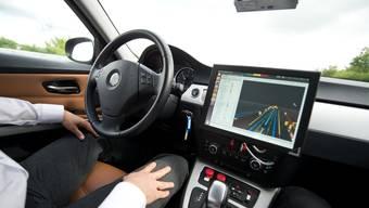 Heute sind viele Autos teilautonom unterwegs: Ganz alleine können sie noch nicht fahren. In Zukunft wird die Mehrheit aber selber lenken und bremsen.