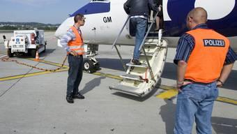 Ausschaffungshäftling steigt in Zürich in ein Flugzeug (Archiv)