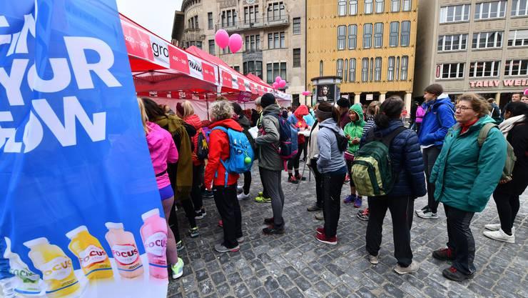 Schon vor dem Lauf gab es wärmenden Glühwein und andere Goodies für die Teilnehmerinnen.