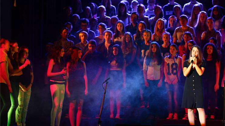 21 Lieder in zweieinhalb Stunden: Die Bezirksschüler aus Wohlen begeistern mit ihrer Show im Casino das Publikum.