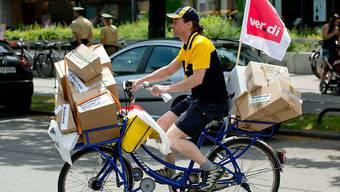 Bald werden Pakete wieder richtig ausgetragen, und nicht mehr zu Demonstrationszwecken benutzt. Die Deutsche Post einigte sich mit der Gewerkschaft verdi im Tarifstreit.