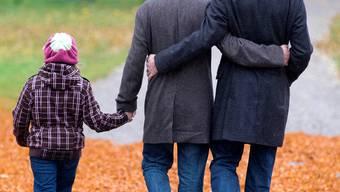 Zwei Männer als rechtliche Eltern: Das will die EDU nicht. HO