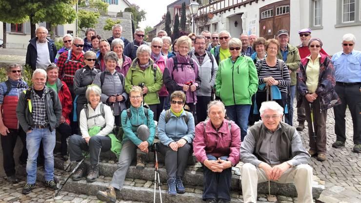 Die Wandergruppe posiert in der Nähe des Restaurants Kurt (Löwen) Regensberg