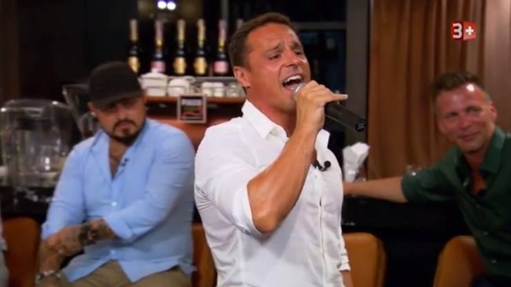 Davide versucht sich als Sänger,