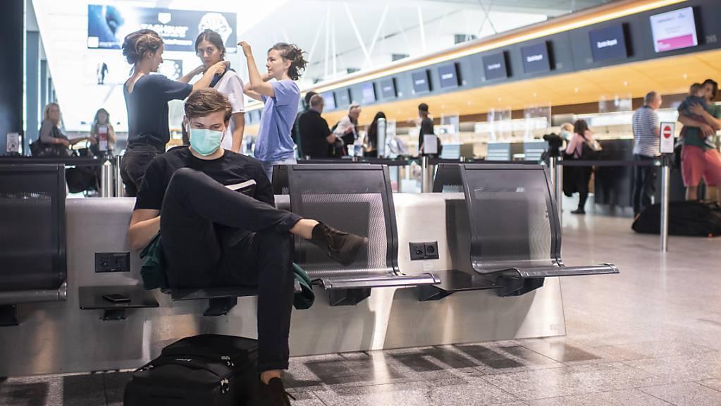 Auch im Monat Juli bewegten sich die Passagierzahlen am Flughafen Zürich auf tiefem Niveau. Immerhin hat sich Geschäft gegenüber den Monaten davor etwas belebt.(Archivbild)