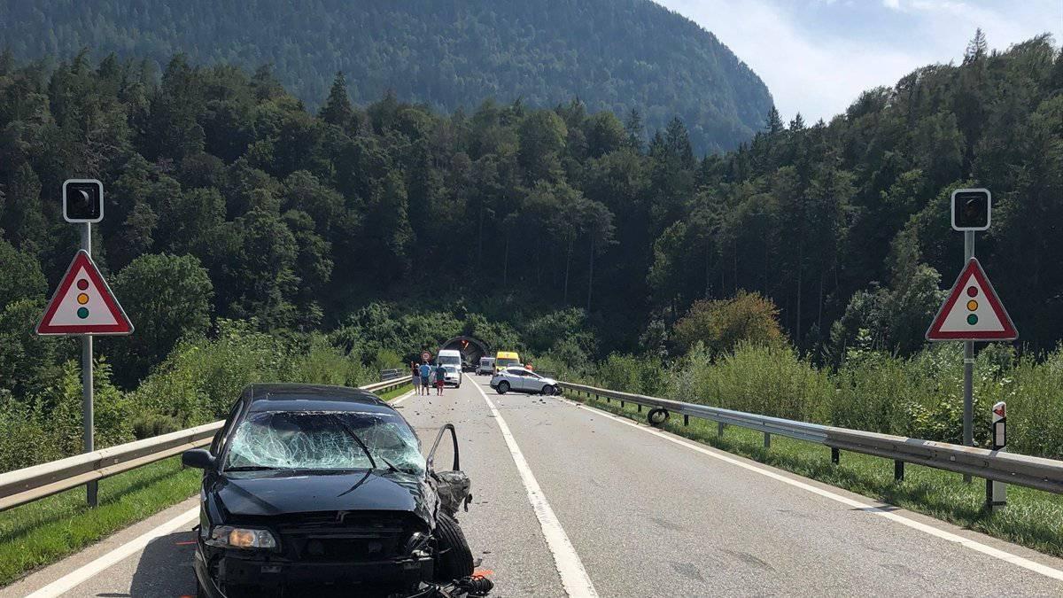 Kurz vor dem Plazzas-Tunnel in Fahrtrichtung Thusis kollidierten zwei Wagen auf der Autostrasse A13.