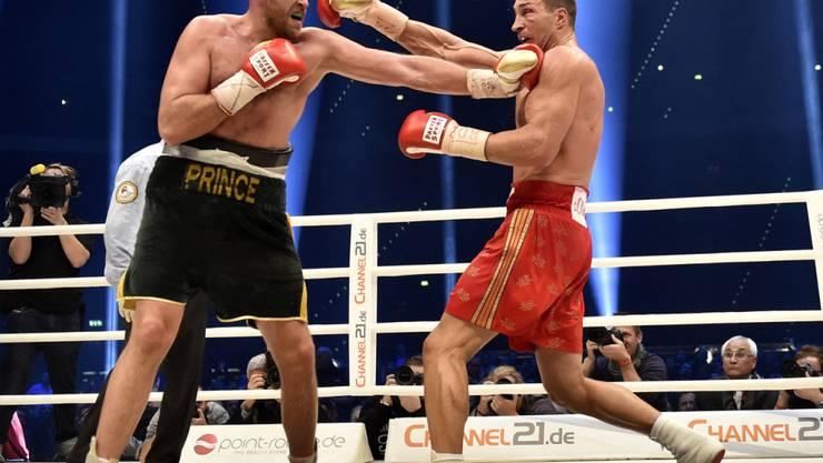 Schwergewichts-Profiboxer Tyson Fury (links) vor eineinhalb Jahren bei seiner bisherigen Sternstunde, dem WM-Sieg über Wladimir Klitschko
