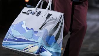 Eine Männertasche von Hermes: Nach Jahren schleppender Nachfrage haben die Verkäufe von Luxusgütern von Hermes 2017 in China kräftig angezogen. (Archiv)