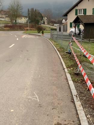 Der Bus kam kurz vor dem Dorfplatz auf die Gegenfahrbahn, durchbrach auf der linken Strassenseite einen Zaun und fuhr einen Kandelaber um, ...