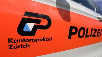 In Dielsdorf wird bei einem Selbstunfall ein 20-jähriger Lenker schwer verletzt. (Symbolbild)