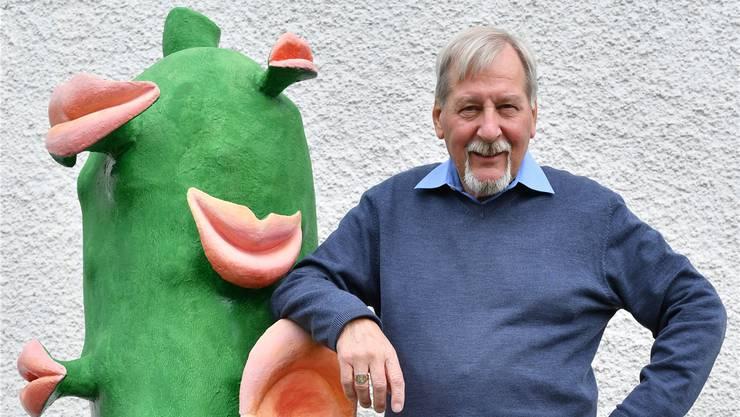 Peter Niklaus mit dem von ihm und Gattin Margrit gesponserten Cornichon von Werner Nydegger zum 20-jährigenJubiläum der Oltner Kabarett-Tage. Bruno Kissling
