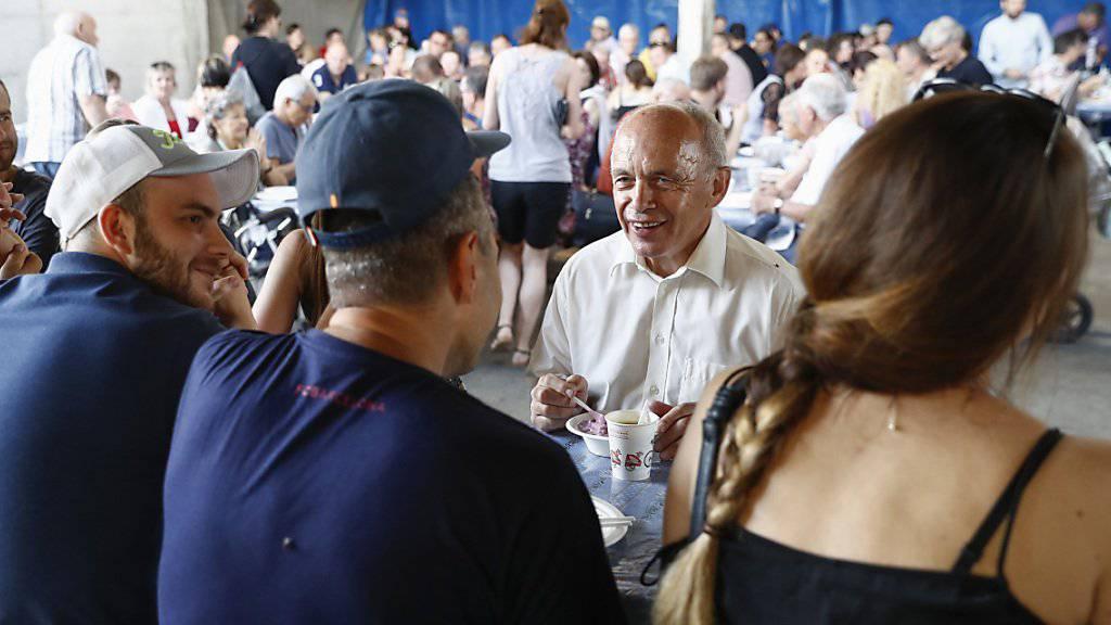 Gemeinsam an einem Tisch: Bundesrat Ueli Maurer diskutiert mit Gästen am 1.-August-Brunch auf einem Bauernhof in Moosseedorf BE.