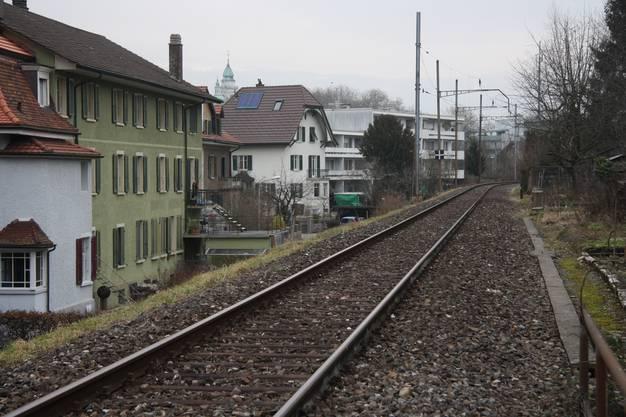 Die stillgelegte Bahnstrecke führt mitten durch das beliebte Wohnquartier.