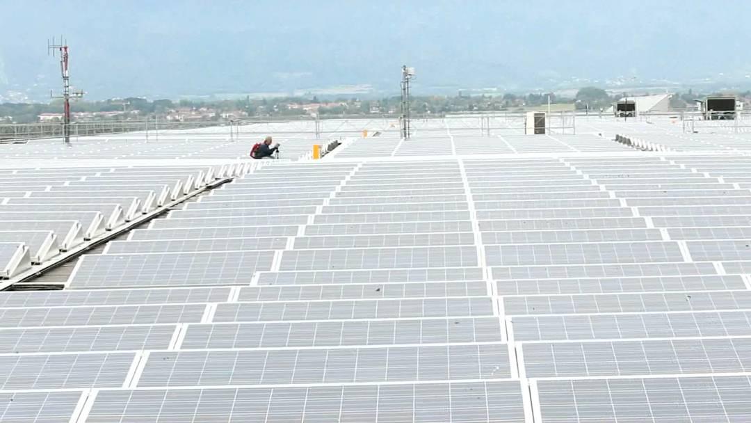 Auf dem Dach der Palexpo in Genf nimmt die grösste Solaranlage der Schweiz ihren Betrieb auf