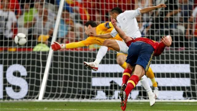Doppeltorschütze Xabi Alonso bringt die Spanier in der 19. Minute mit einem wuchtigen Kopfball in Führung, Frankreichs Torhüter Hugo Lloris streckt sich vergebens. Foto: Michael Sohn