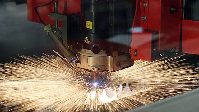 Eine Laserstrahlmaschine im Einsatz bei Conzzeta (Archiv)