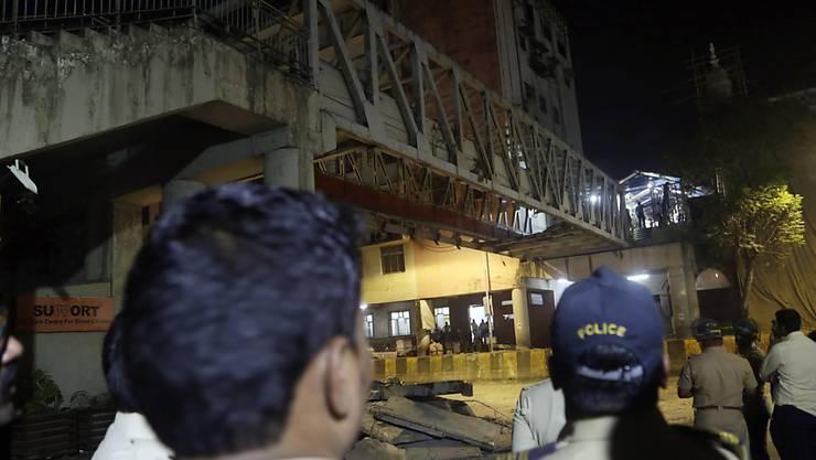 Beim Einsturz einer Fussgängerbrücke im indischen Mumbai sind am Donnerstag zahlreiche Menschen ums Leben gekommen.