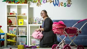 Die Betreuerin Samantha Regli ist gemeinsam mit weiteren Angestellten für neun Kinder im Alter zwischen vier Monaten und zehn Jahren  in der Notfallgruppe in Brugg zuständig.