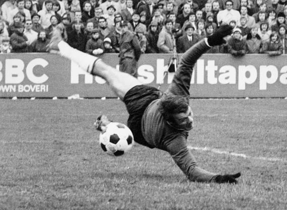 Hätten Sie das Trikot wieder erkannt? Hier streckt sich der Basler Goalie Marcel Kunz vergeblich.