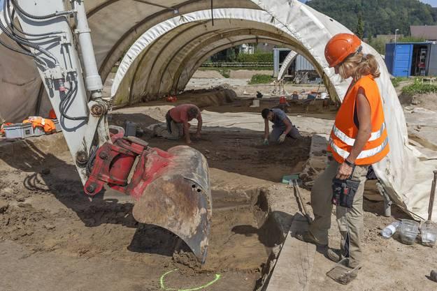 Archäologin und Teamleiterin Marion Benz kontrolliert den Baggerabtrag.