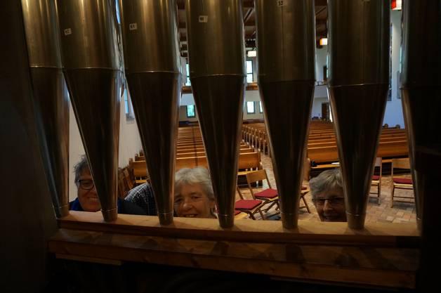 Ins Herz der Orgel blicken - im Bild (mitte) Praesidentin Kirchenpflege Ursula Guetlin