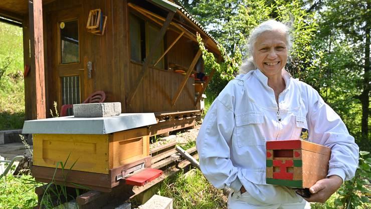 Maria Pongratz, Bienenzüchterin, Erlinsbach, und benachbarte illegale Bienenstände nahe ihren legalen Bienenvölkern nahe Breiten / Gugen in Erlinsbach SO.