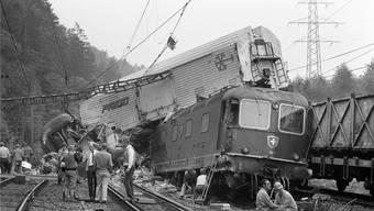 Auf der Unfallstelle in der Nähe des Bahnhofs Othmarsingen bot sich ein schreckliches Bild: Mehrere Bahnwagen waren aufeinandergeschachtelt.