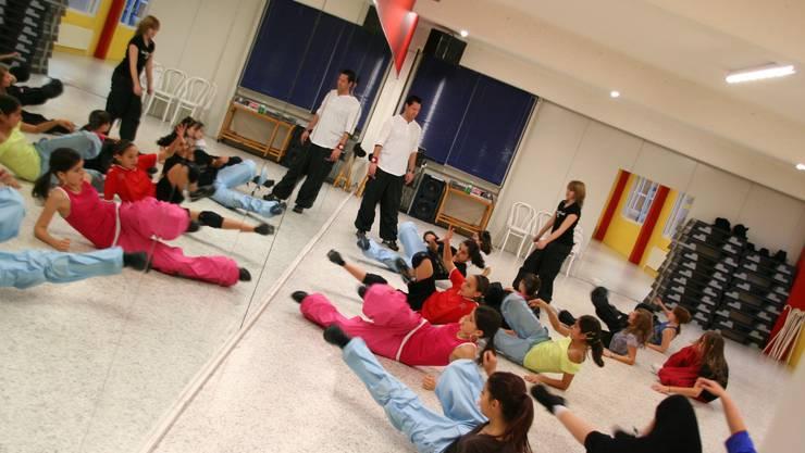 Der Street-Dancer und Choreograf Rich Hauptlin beim Training mit den Tänzerinnen und Tänzern der Showgruppe.