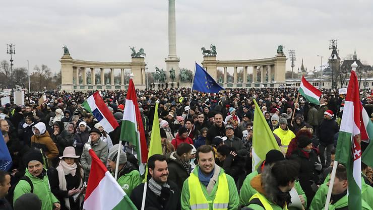 Abend für Abend wird in Ungarn demonstriert. Ausgelöst hatte die Proteste ein am vergangenen Mittwoch beschlossenes Gesetz, das die Erhöhung der zulässigen Überstunden von 250 auf 400 pro Jahr vorsieht.