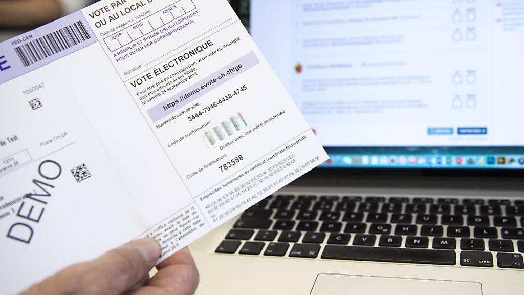 Während eines Jahres können im Ausland ansässige Waadtländer Stimmberechtigte per Mausklick über eidgenössische Vorlagen abstimmen. Der Bundesrat hat den E-Voting-Versuch bewilligt. (Archivbild)