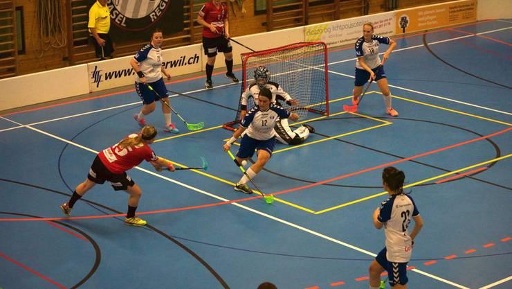 Die Damen von Unihockey Basel Regio konnten ihr ersten Saisonspiel in der Verlängerung gewinnen.