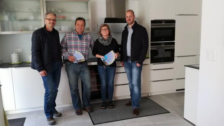 """v.l.n.r.: Patrick Probst (Jeker&Probst), Jürg und Anne-Marie Schläfli, Michael Blaser (Verantwortlicher """"Luterbacher Prozent"""")"""