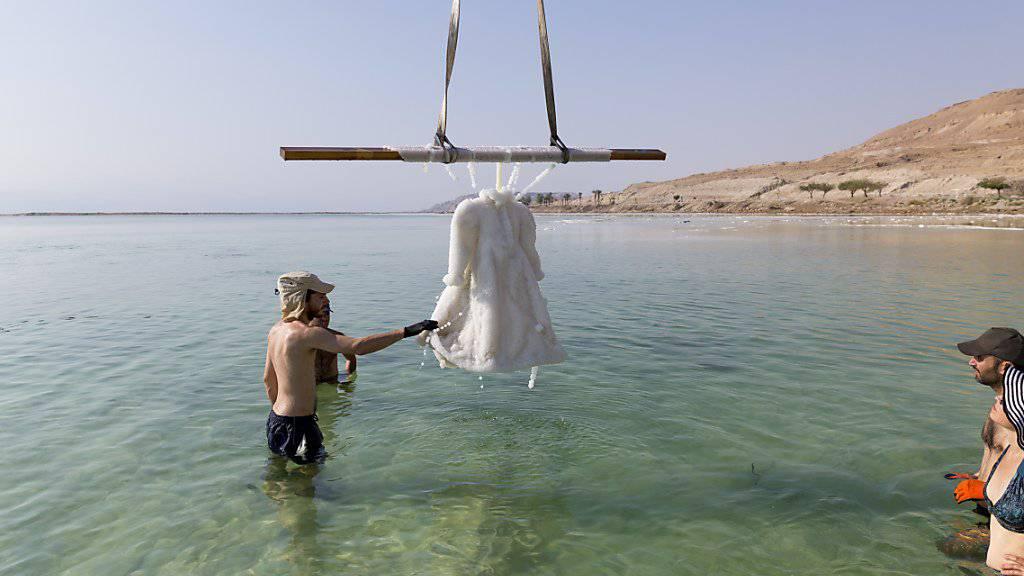 Das mit Salzkristallen bedeckte Kleid, das im Rahmen des Kunstprojekts «Salzbraut» der israelischen Künstlerin Sigalit Landau zwei Monate lang im Toten Meer versenkt wurde. (Foto: Studio Sigalit Landau/dpa)