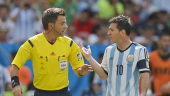 Final-Schiedsrichter Rizzoli mit Argentinies Superstar Messi