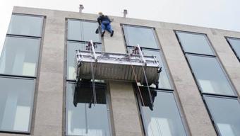 Ein Techniker wurde vom Dach aus abgeseilt.