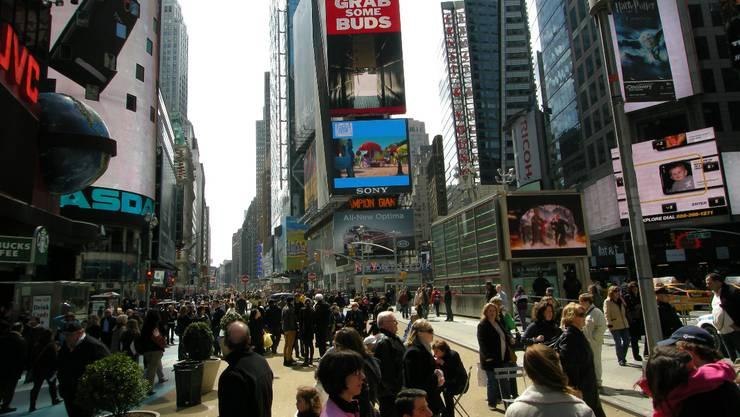Times Square New York: Der schwache Dollar gegenüber dem Franken lockt massenhaft Touristen über den grossen Teich.  Oliver Menge