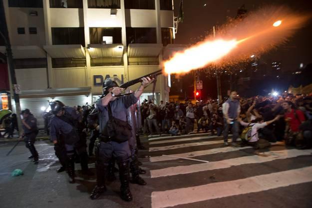 Poilzisten feuern in Sao Paulo Petarden ab gegen demonstrierende Studenten. Diese demonstrieren wegen den steigende Preise beim öffentlichen Verkehr.