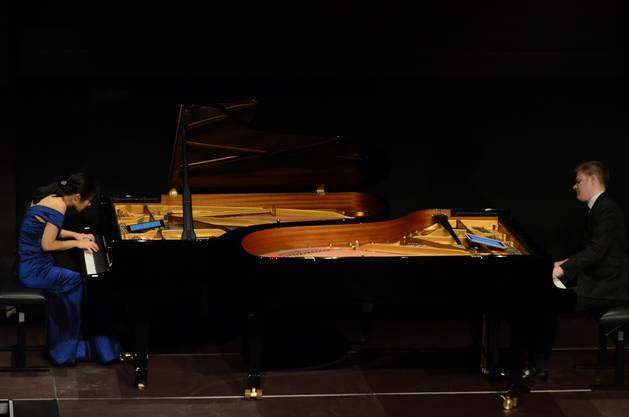 Brahms Variationen über ein Thema von Haydn (op  56a) spielte das Piano-Duo an zwei Flügeln  Für andere Werke setzten sie sich zu zweit an d