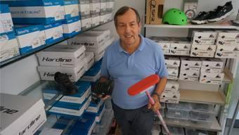 In seinem Drogeriegeschäft in Geroldswil verkauft Philipp Locher auch Curling-Zubehör.