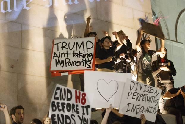 Mit Schildern protestieren die Trump-Gegner gegen den neu gewählten Präsidenten.