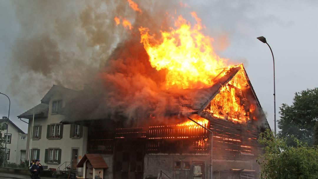 Innert weniger Minuten schossen die Flammen meterhoch in den Himmel: In Küngoldingen setzte ein Blitzeinschlag ein Bauernhaus in Brand.