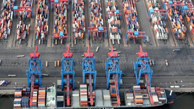 Container-Schiff in Hamburg - Europas Wirtschaft geht es besser